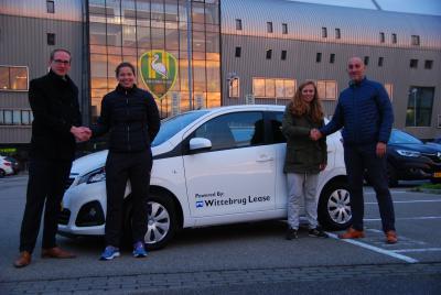 Wittebrug Lease levert twee auto's aan ADO speelsters