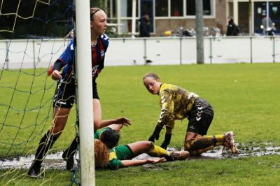 Meidenteams trotseren storm in Alkmaar
