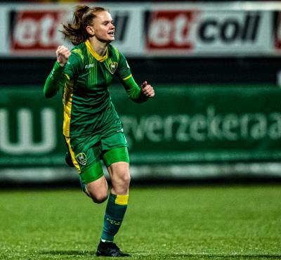 Liz Rijsbergen viert eerste contract met wondergoal